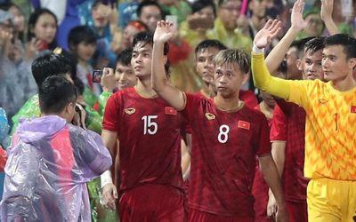 Hình ảnh cảm động: U23 Việt Nam đội mưa đi khắp khán đài cảm ơn người hâm mộ - ảnh 1
