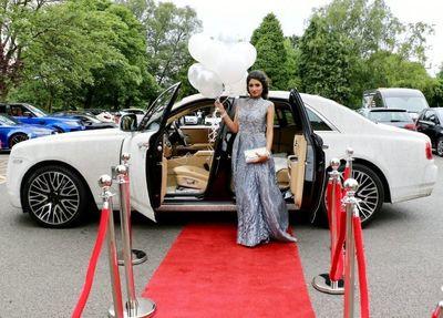 Nữ sinh 16 tuổi thuê Rolls-Royce Ghost đính 4 triệu viên pha lê đến lễ tốt nghiệp - ảnh 1