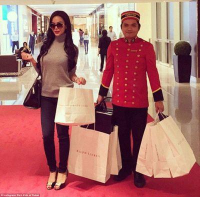 Hội con nhà giàu vung tiền mua hàng hiệu: Sắm hàng trăm chiếc túi xách - ảnh 1