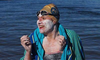Người phụ nữ 37 tuổi bơi vượt biển suốt 54 tiếng - ảnh 1