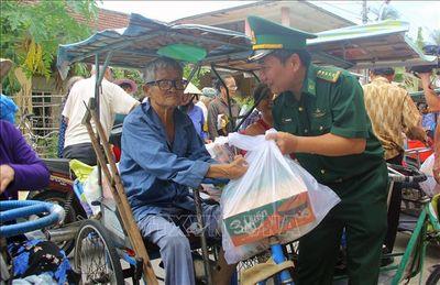 Ấm áp tình người trong những túi gạo, thùng mì tôm gửi đến làng phong Quy Hòa - ảnh 1