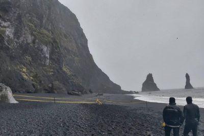 Mải chụp selfie, nhóm du khách bị sóng lớn thổi tung tại Iceland - ảnh 1
