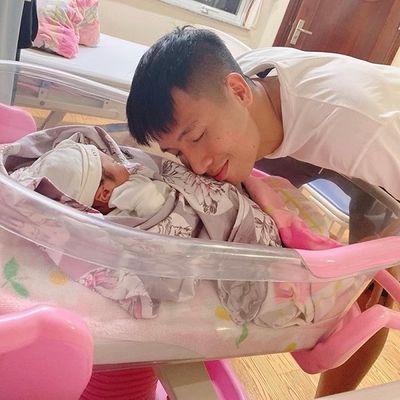 Trung vệ Bùi Tiến Dũng hạnh phúc đón con gái đầu lòng - ảnh 1
