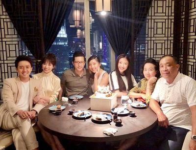 Hari Won lần đầu vắng mặt trong tiệc sinh nhật mẹ chồng, Trấn Thành lên tiếng giải thích - ảnh 1