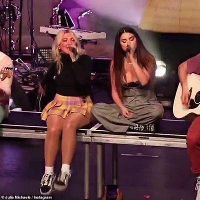 Khóa môi nồng cháy trên sân khấu, Selena Gomez đang hẹn hò cùng bạn thân đồng giới? - ảnh 1