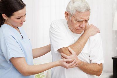 Bệnh viêm khớp dạng thấp ở người cao tuổi – Làm sao chữa trị? - ảnh 1