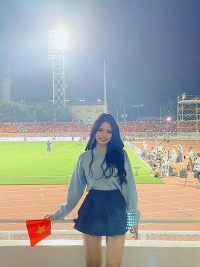 """Dân mạng truy tìm cô gái """"nổi bần bật"""" trên khán đài trong trận chung kết bóng đá nam SEA Games 30 - ảnh 1"""
