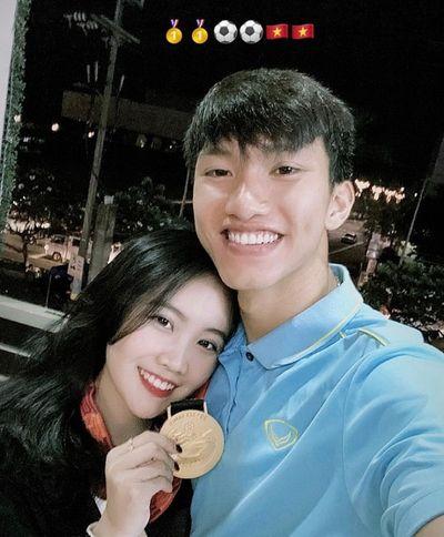 """Cầm chưa """"nóng tay"""", Văn Hậu đã """"tặng"""" lại HCV SEA Games cho bạn gái khiến chị em ghen """"đỏ mắt"""" - ảnh 1"""