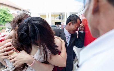 """""""Con gái rượu"""" lấy chồng cách nhà 10km, cha ôm mặt khóc """"cạn nước mắt"""" - ảnh 1"""