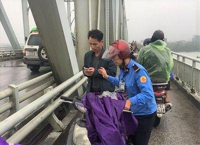 Thiếu tá công an lao xuống sông Lam cứu cô gái nhảy cầu dưới trời rét - ảnh 1