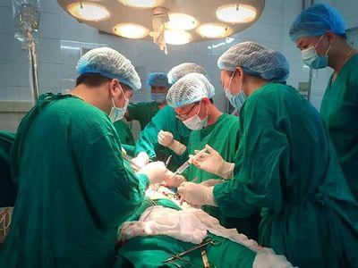 Kinh hãi người đàn ông 41 tuổi nhập viện với cây kéo còn cắm sâu vào ngực - ảnh 1