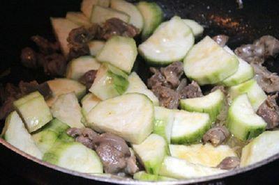 Cách làm món lòng gà xào mướp hương cực ngon cho bữa trưa - ảnh 1