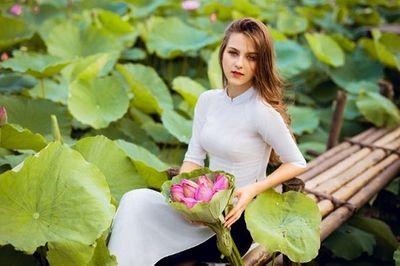 """Cận cảnh vẻ đẹp hút hồn của cô gái ngoại quốc thả dáng bên hồ sen gây """"sốt"""" mạng xã hội - ảnh 1"""