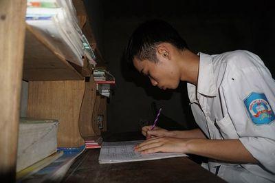Tân sinh viên nhà nghèo nặng trĩu nỗi lo trước ngày nhập trường - ảnh 1