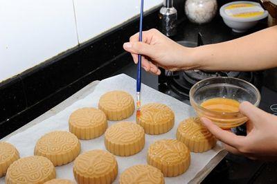 Cách làm bánh trung thu nướng nhân đậu xanh đơn giản mà lại cực ngon - ảnh 1