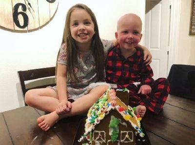 Nghẹn ngào câu chuyện chị gái 5 tuổi chăm sóc em trai bị ung thư - ảnh 1