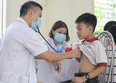 Hơn 1.700 học sinh ở Hạ Đình được thăm khám sức khỏe tổng quát - ảnh 1