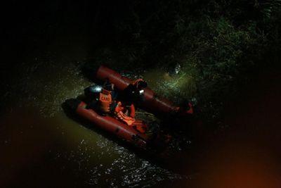 Vụ xe Container hất văng người xuống sông: Nạn nhân kể lại giây phút nguy hiểm - ảnh 1