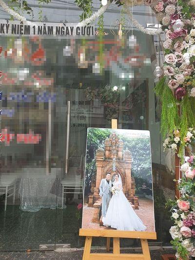 """Kỉ niệm 1 năm lấy chồng trẻ, cô dâu 62 tuổi gây """"sốc"""" khi chụp lại ảnh cưới, mở tiệc rình rang - ảnh 1"""