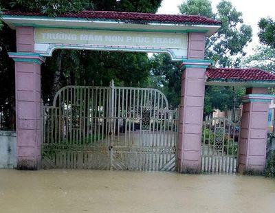 Hàng vạn học sinh ở Nghệ An và Hà Tĩnh không được khai giảng năm học mới vì mưa lũ - ảnh 1