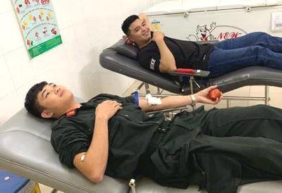 Ba cán bộ công an hiến máu hiếm cứu sống thanh niên bị đâm trọng thương - ảnh 1