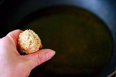 Nhìn qua tưởng món thịt viên thông thường nhưng ăn thử thì bất ngờ vì quá ngon - ảnh 1