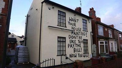 Sơn thẳng thông điệp lên nhà con nợ để dặn mặt, chủ nợ khiến ai cũng phải ngước nhìn - ảnh 1