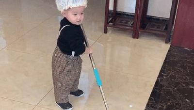 """Cậu bé 2 tuổi chăm chỉ làm việc nhà, thái độ trong lúc làm mới là điều khiến dân mạng phải """"trầm trồ"""" - ảnh 1"""