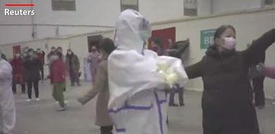 """Bệnh nhân cao tuổi ở Vũ Hán nhảy múa """"lên dây cót"""" để chiến đấu với virus Covid-19 - ảnh 1"""