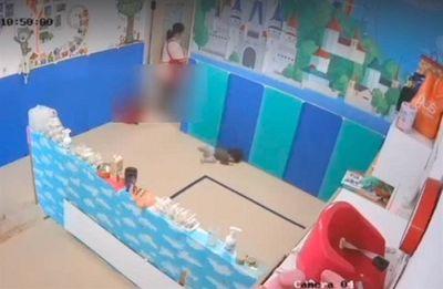 Phẫn nộ cảnh giáo viên tát, quăng trẻ xuống đất vì không chịu đeo khẩu trang - ảnh 1
