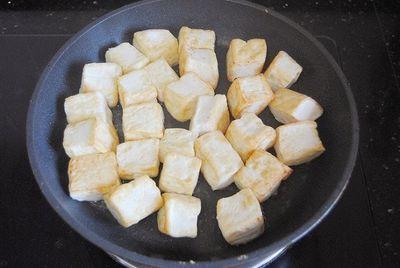 Chỉ 15 phút có ngay món đậu phụ rim tôm ngon bất ngờ cho bữa tối - ảnh 1