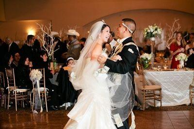 Phong tục kỳ lạ: Khách trả tiền để được nhảy với cô dâu, chú rể - ảnh 1