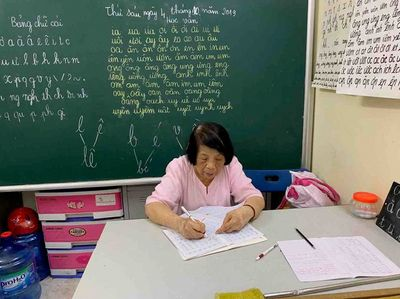 Bà giáo 78 tuổi mở lớp học tình thương đặc biệt suốt 25 năm giữa lòng Hà Nội - ảnh 1