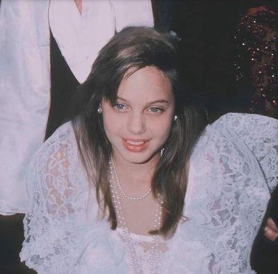 """Loạt ảnh khí chất ngời ngời và nhan sắc hơn người của Angelina Jolie lúc 11 tuổi """"hớp hồn"""" dân mạng - ảnh 1"""