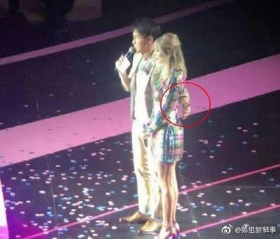 Bị tố đụng chạm sau lưng Taylor Swift, MC xứ Trung phải lên tiếng xin lỗi - ảnh 1