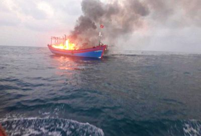 Cháy tàu cá trên vùng biển Quảng Trị, 7 thuyền viên nhảy xuống biển thoát thân - ảnh 1