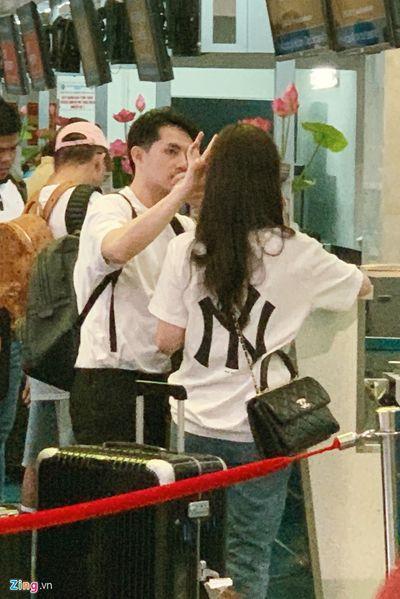 """Khoảnh khắc """"tình bể bình"""" của Đông Nhi và Ông Cao Thắng ở sân bay Tân Sơn Nhất - ảnh 1"""