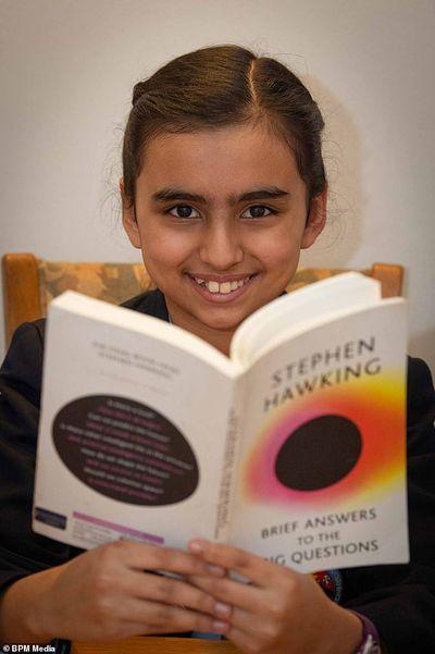 Ngỡ ngàng bé gái 10 tuổi có chỉ số IQ cao hơn thiên tài nổi tiếng thế giới Albert Einstein và Stephen Hawking - ảnh 1