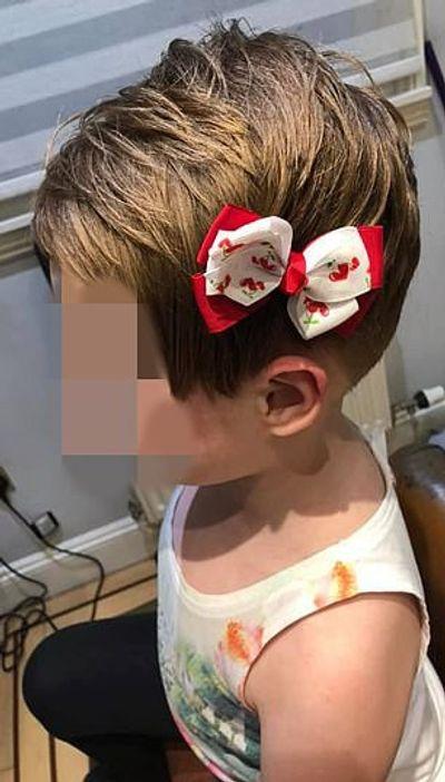 """Bé gái tự cắt phăng mái tóc vì nghe theo """"mệnh lệnh"""" từ video độc hại trên Youtube - ảnh 1"""
