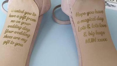 """Cô dâu """"khóc như mưa"""" khi thấy lời nhắn bí ẩn của người mẹ quá cố giấu dưới đôi giày - ảnh 1"""
