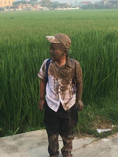 """Mải """"đuổi hoa bắt bướm"""", cậu bé rơi xuống ruộng và biểu cảm sau đó khiến dân mạng phì cười - ảnh 1"""