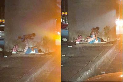 """Khoảnh khắc 2 mẹ con vô gia cư vô tư chơi trò """"cần cẩu"""" dưới gầm cầu gây sốt mạng xã hội - ảnh 1"""