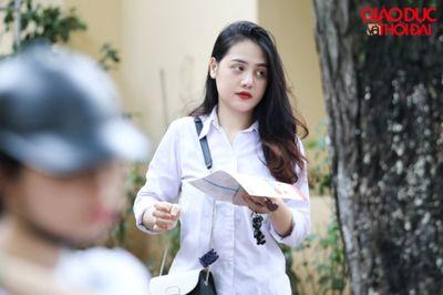 """Dàn nữ sinh làm thủ tục dự thi THPT quốc gia """"đốn tim"""" dân mạng bằng nhan sắc xinh đẹp - ảnh 1"""