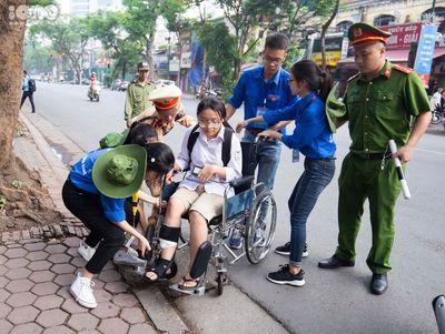 Thi THPT quốc gia 2019: Nữ sinh bị tai nạn phải ngồi xe lăn vẫn tới trường thi - ảnh 1