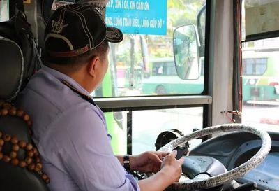 """Tài xế xe buýt đánh lái """"xuất thần"""" húc ngã nhóm cướp: Bà con tưởng tôi ngủ gục đâm vào vỉa hè - ảnh 1"""