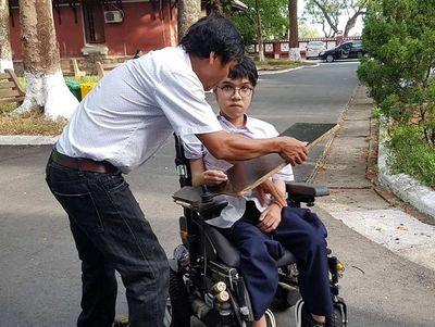 Thi THPT quốc gia 2019: Thí sinh khuyết tật làm bài trên xe lăn đạt điểm tuyệt đối môn tiếng Anh - ảnh 1