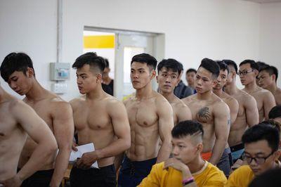 """Nguyên dàn trai đẹp body 6 múi đổ bộ tại ĐH Hutech khiến hội chị em """"bấn loạn"""" - ảnh 1"""