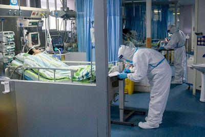 Bác sĩ Vũ Hán mặc bỉm, gồng mình chăm sóc bệnh nhân nhiễm virus corona - ảnh 1