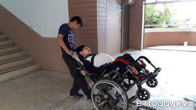 Vượt qua nghịch cảnh, nam sinh bại liệt vẫn quyết tâm đến trường, suốt 3 năm không bỏ buổi học nào - ảnh 1