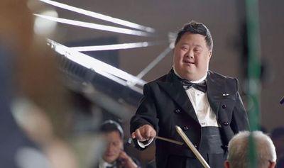"""Ngỡ ngàng """"nhạc trưởng thiên tài"""" chỉ huy cả dàn nhạc nhưng có IQ chỉ bằng đứa trẻ 3 tuổi - ảnh 1"""